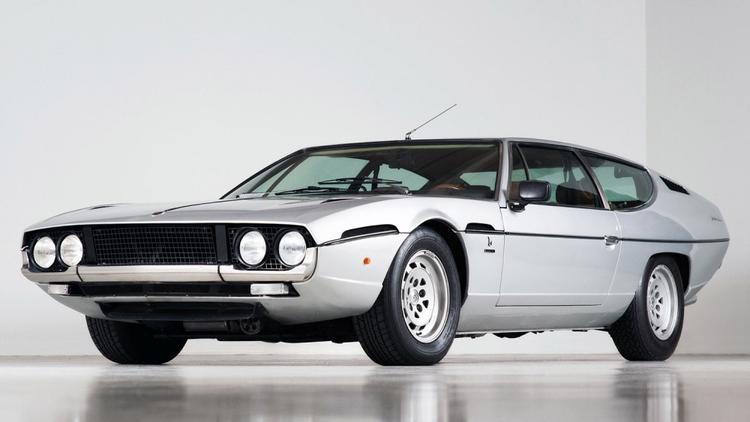 1. Lamborghini Espada: Trước kỷ nguyên của những chiếc siêu xe 2 cửa, Lamborghini đã từng có một giai đoạn gắn với việc sản xuất những chiếc grand tourer 4 chỗ. Lamborghini Espada được sản xuất trong giai đoạn 1968 - 1978, với 1.217 chiếc được tạo ra. Chiếc xe 4 chỗ sở hữu động cơ 3.9 lít V12 với 345 mã lực, một con số có thể nói là ấn tượng ở thập niên 60. Ảnh: Youtube