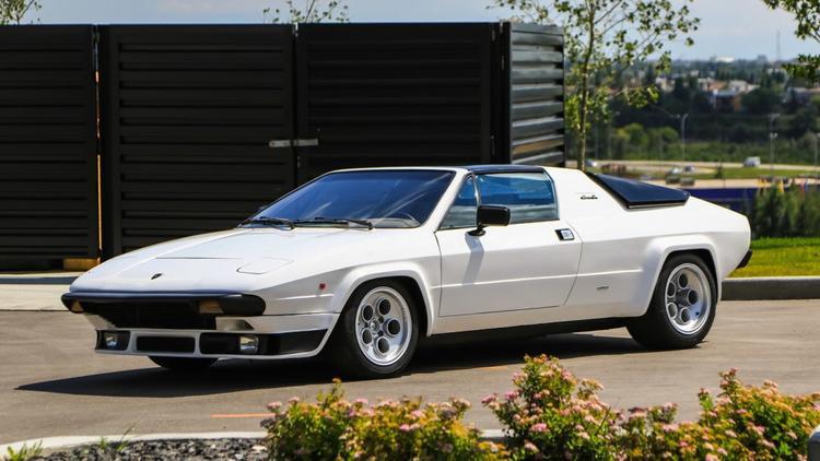 """4. Lamborghini Silhouette: Lamborghini Silhouette được xem là hậu duệ của Urraco khi sử dụng lại động cơ 3.0 V8, tuy nhiên lại không phải là xe """"giá rẻ"""" như Urraco khi chỉ có 54 chiếc được tạo ra. Trong số đó, chỉ có 31 chiếc được bán ra thị trường. Silhouette cũng là mẫu xe nền tảng để Lamborghini phát triển thiết kế xe 2 cửa, 2 chỗ ngồi đặc trưng như hiện nay. Ảnh: Mecum Auctions"""