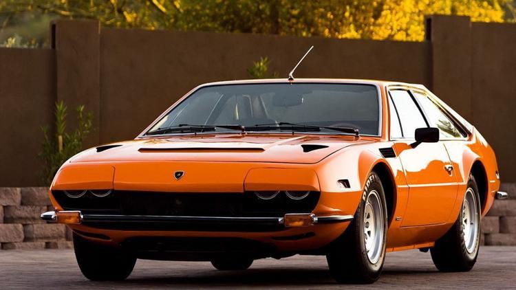 5. Lamborghini Jarama: Jarama cũng là một mẫu grand tourer được sản xuất trong giai đoạn 1970-1976, với phần khung gầm của chính chiếc Espada những được thu ngắn hơn. Chỉ tồn tại trong thời gian khá ngắn nên Jarama chỉ được xuất xưởng 328 chiếc. Động cơ 3.9 V12 của Espada cũng được tái sử dụng trên Jarama. Làm nên đặc trưng của Jarama là kiểu đèn nửa kín nửa hở thời thượng hơn so với phong cách đèn pop-up đang thịnh hành vào thời gian đó. Ảnh: Real Cars