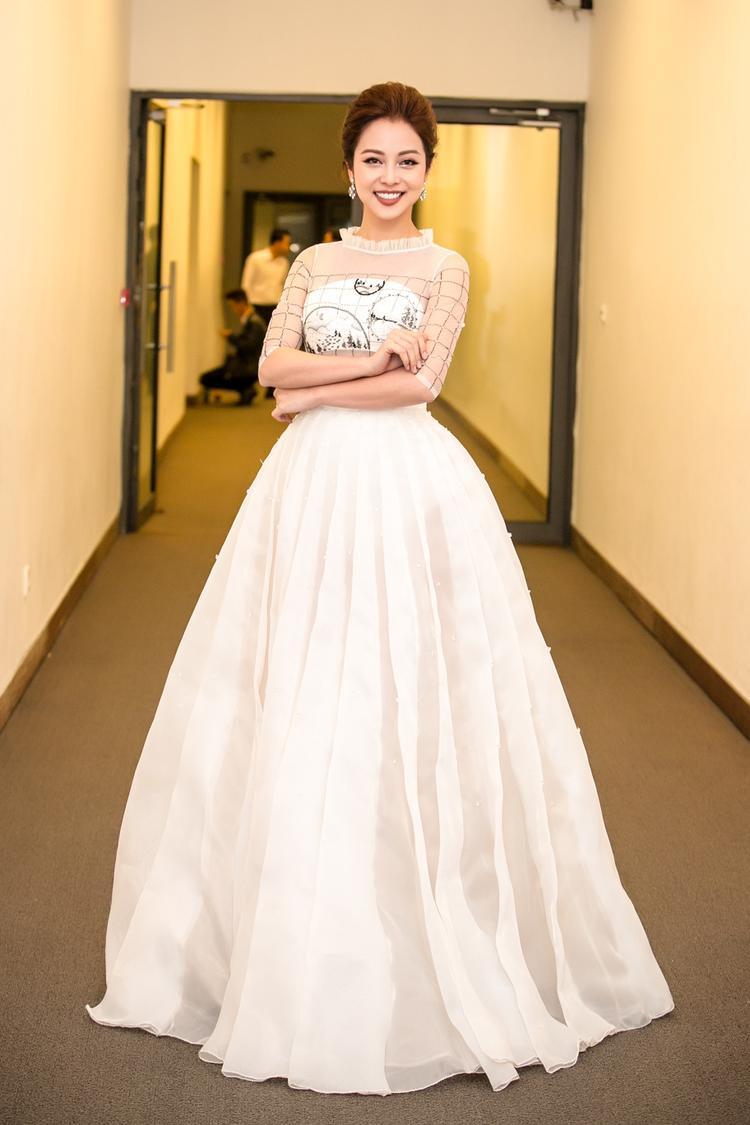 Tối ngày 13/1, Jennifer Phạm đảm nhận vai trò MC tại một sự kiện diễn ra tại Hà Hội. Trước đó, người đẹp cùng ông xã và hai con có chuyến du lịch nghỉ dưỡng vào đầu năm 2018. Đây là lần xuất hiện đầu tiên của cô ở vai trò MC trong năm 2018.