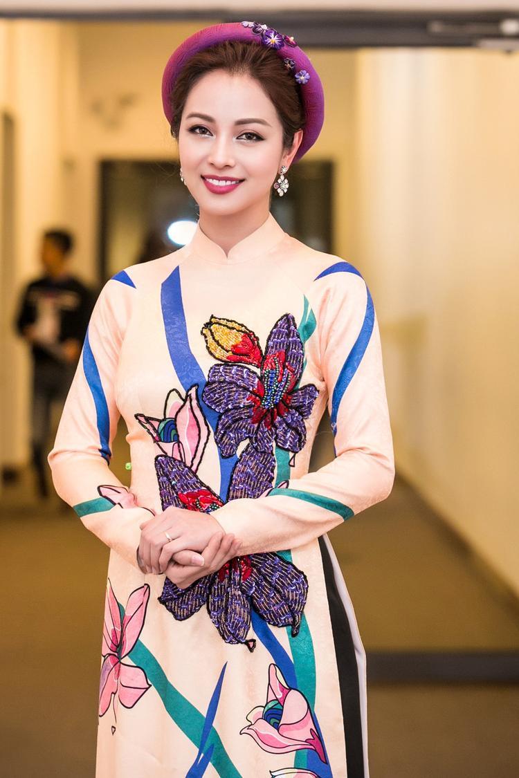 Phụ kiện hoa tai, mấn đội đầu cùng tông trang điểm tôn nét thuỳ mị, đằm thắm của vợ cũ ca sĩ Quang Dũng.
