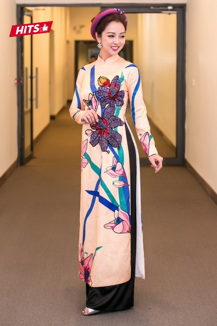 Trước đó, Jennifer Phạm còn lựa chọn một chiếc áo dài họa tiết hoa ly được đính kết công phu. Hoa hậu châu Á tại Mỹ kết hợp cùng phụ kiện mấn đội đầu đem đến nét duyên dáng, truyền thống mà vẫn rất hiện đại.