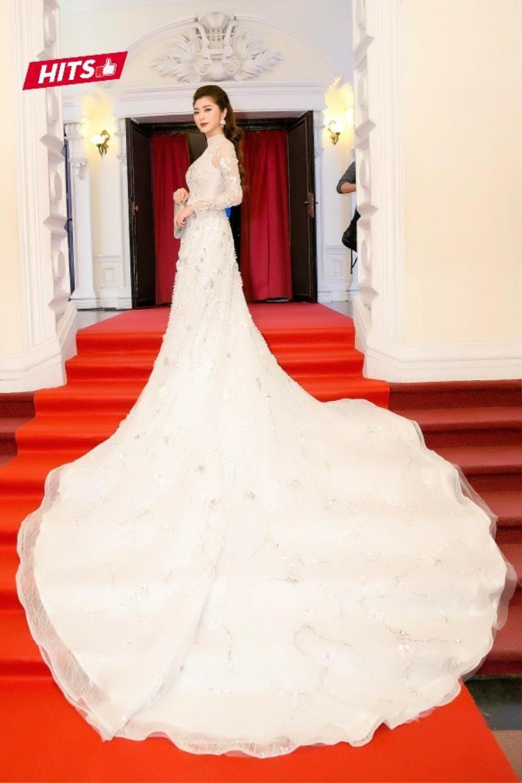 Tại thảm đỏ một buổi lễ trao giải, diễn viên Thanh Trúc lựa chọn cho mình bộ cánh vô cùng lộng lẫy với phần đuôi váy dài hơn 3 mét. Trang phục khiến nữ diễn viên trở nên hoàn toàn nổi bật trong sự kiện.