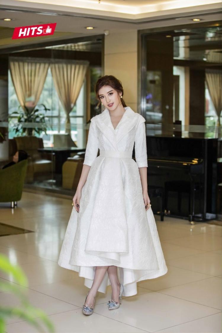 Chiếc váy trắng vải gấm phong dáng xòe khiến Huyền My trông như một nàng công chúa duyên dáng. Ngoài ra, không thể không kể đến đôi giày Jimmy Choo đính đá phiên bản giới hạn có mức giá hơn 100 triệu đồng cùng bộ phụ kiện nhẫn ngọc trai có giá hơn 30 triệu đồng mà cô nàng đang đeo khiến set đồ được nâng tầm hơn bao giờ hết.