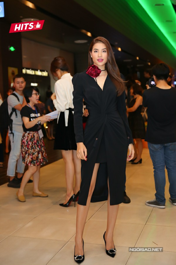 Chiếc váy quấn xẻ cao giúp Phạm Hương khoe đôi chân dài thẳng tắp nhưng hoàn toàn thanh lịch, không hề phô phang, phản cảm. Ngoài ra, không thể không kể đến cách phối hợp hoa cài cổ làm điểm nhấn, vừa duyên dáng, vừa tăng thêm phần nữ tính cho Hoa hậu Hoàn vũ 2015.