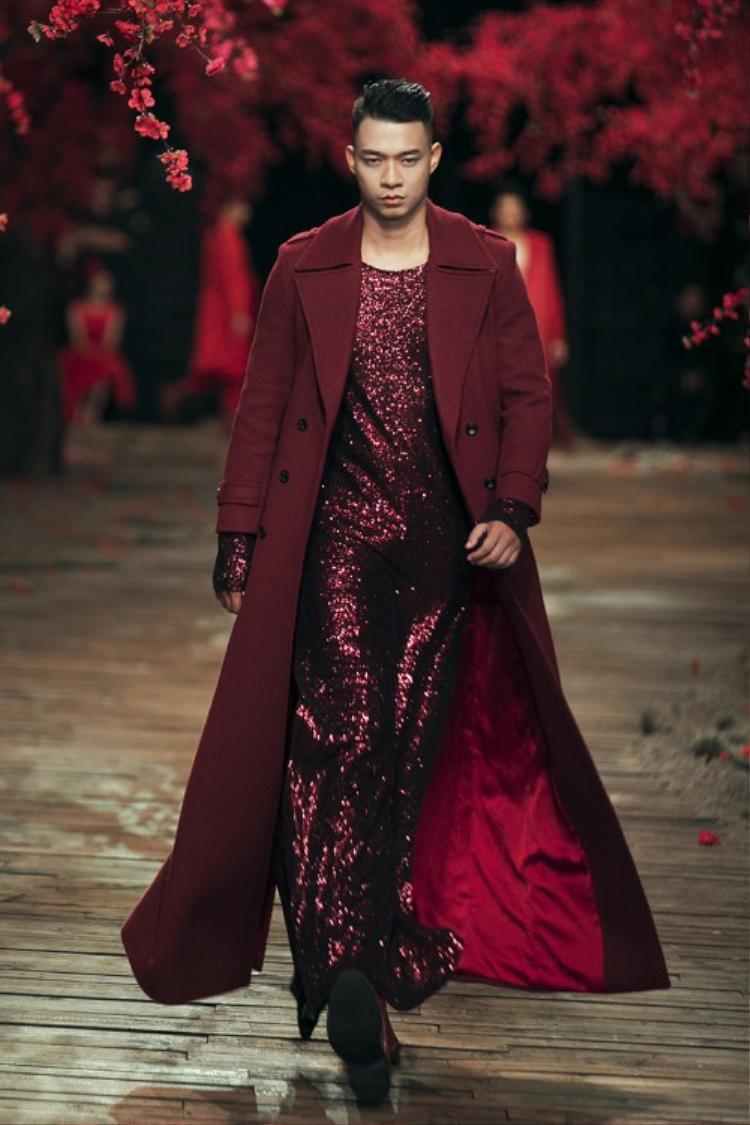 Ngoài thiết kế vest, còn có một số thiết kế độc đáo như jumpsuit sequin phối cùng áo vest dáng dài.