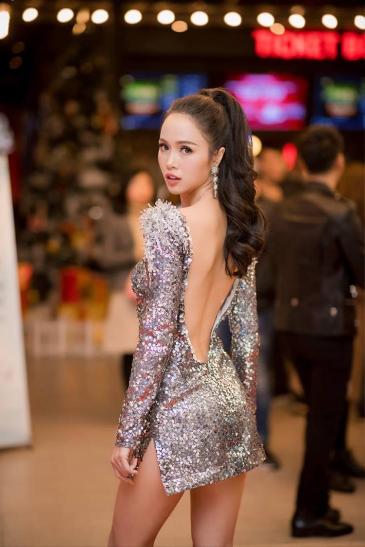 Trước đó hồi cuối năm 2017, các ngôi sao tên tuổi trong làng giải trí Việt đã bắt đầu diện các thiết kế với chất liệu sequin chủ đạo. Trong ảnh là diễn viên Vũ Ngọc Anhtrong chiếc đầm ngắn gợi cảm với chất liệu sequin. Chiếc đầmm được mặc vào ngày 20/12 tại một buổi lễ ra mắt phim ở Hà Nội.