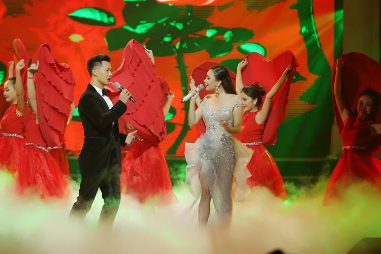 Hai nghệ sĩ lựa chọn Beauty And The Beast để hát dành tặng khán giả.