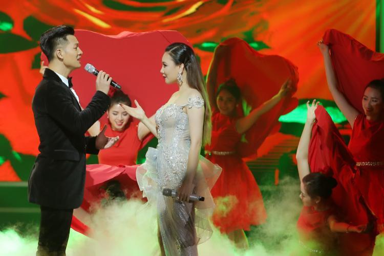Hồ Quỳnh Hương phiêu cùng Đức Tuấn trong bản hit của Ariana Grande