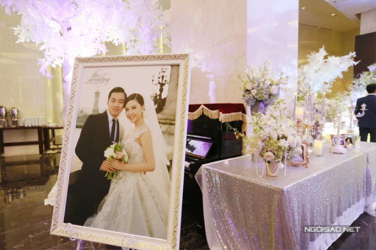 Ở phần sảnh đón tiếp, ảnh cưới cỡ lớn của đôi uyên ương được trưng bày để các vị quan khách có thể chiêm ngưỡng.