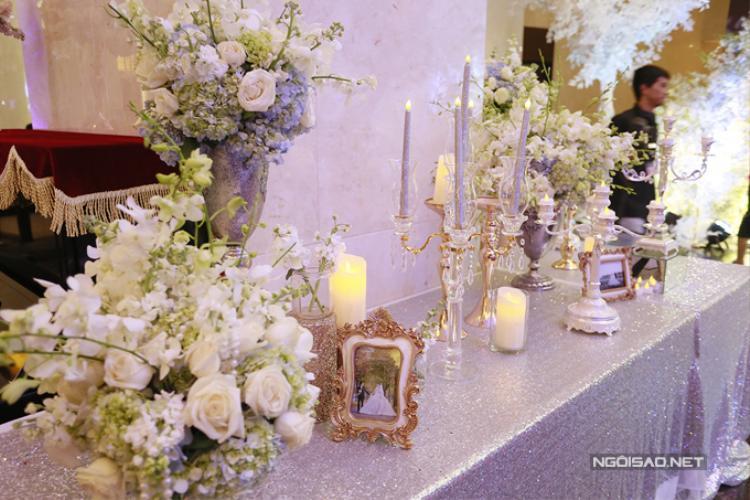 Lấy màu trắng và ánh bạc làm chủ đạo, từ hoa đến khăn trải bàn, chân nến đều toát lên sự sang trọng.