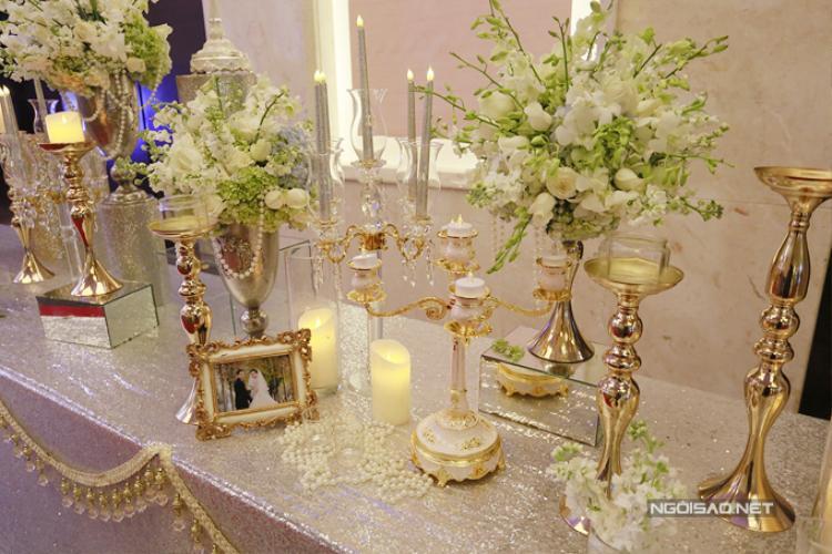 Những khung ảnh cưới nhỏ xinh của Nữ hoàng sắc đẹp toàn cầu 2016 và chồng đại gia cũng được đặt rải rác trên bàn trang trí.
