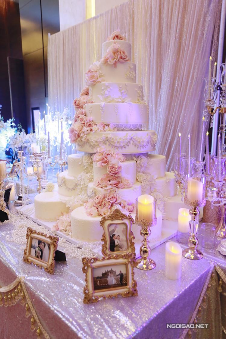 Chiếc bánh cưới 'khủng' được cặp đôi chuẩn bị cho phần nghi lễ chính thức.