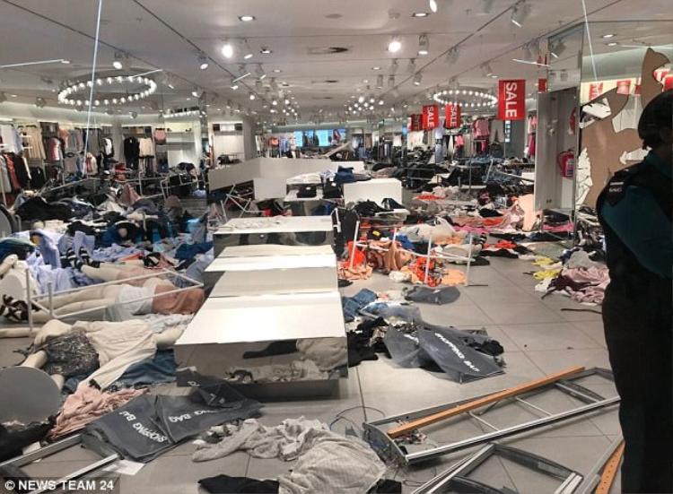 Khung cảnh hoang tàn của một cửa hàng sau khi bị đập phá. Chuỗi cửa hàng quần áo bình dân H&M có khoảng 4.500 cửa hàng tại 62 quốc gia. Cửa hàng đầu tiên của thương hiệu này ở Châu Phi được khai trương cách đây hai năm.