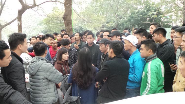 Hàng trăm tài xế kéo về trụ sở Grab ở Hà Nội sáng nay.