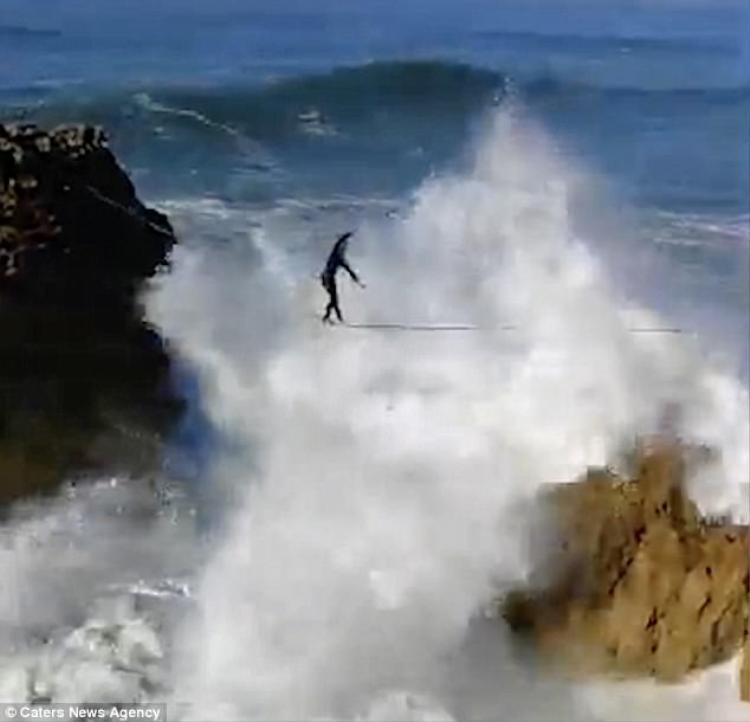Những con sóng khổng lồ mà người đàn ông phải đối mặt.