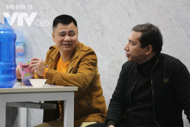 NSND Tự Long và NSƯT Quang Thắng trong giờ nghỉ giải lao giữa buổi tập.