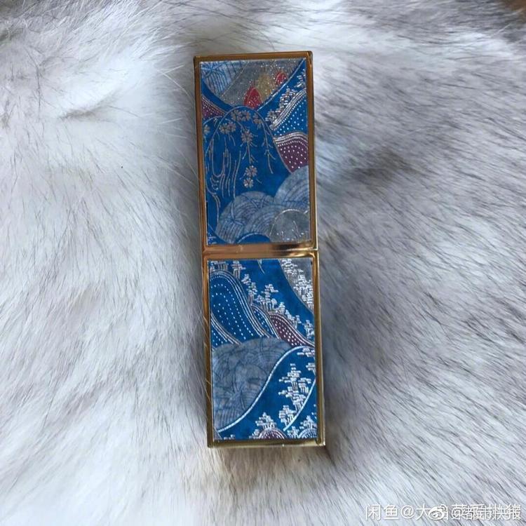 Thỏi son bỗng trở nên sang chảnh, đẹp kỳ lạ khi nằm trên thảm lông.