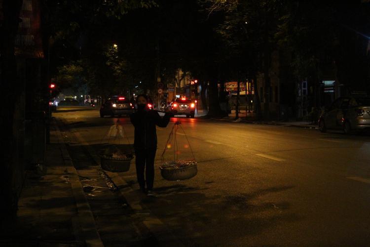 Mưa dầm, rét buốt khiến đường phố ít người qua lại hơn, ở đó chỉ còn những người lao động lam lũ mặc cho rét buốt tím tay vẫn lặng lẽ mưu sinh bên gánh hàng rong.