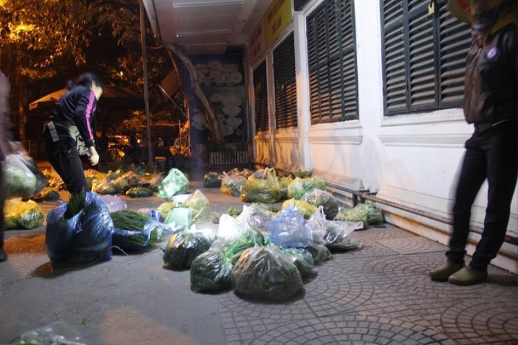 Phiên chợ cóc lúc rạng sáng.