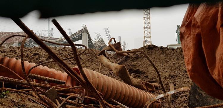 Khung cảnh đổ nát ở công trình xây dựng.