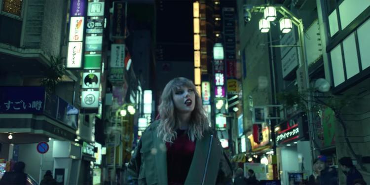 """Khán giả phải căng mắt ra quan sát cả… những biển báo, biển hiệu đằng sau Taylor hòng tìm kiếm được """"tin nhắn"""" bí mật."""