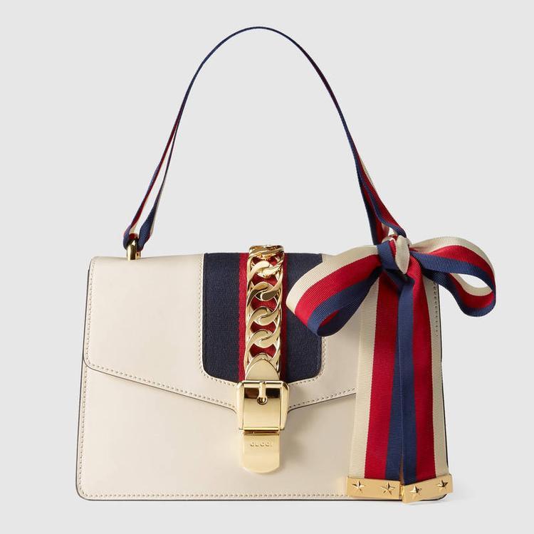 Với những thương hiệu lớn, tất cả những gì đi kèm với túi cũng được nhãn hàng quan tâm, từ dây xích, khóa kéo, đến card thông tin, hộp đựng…