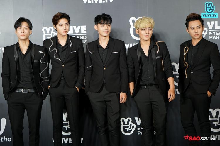 Thảm đỏ Vlive Year End Party 2017: Trai đẹp GOT7 thả tim fan Việt, Phạm Hương, Chi Pu lộng lẫy như nữ thần