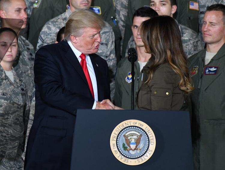 Ông Trump bắt tay phu nhân trước sự hiện diện của nhiều binh sĩ Mỹ. Ảnh:CNP /MediaPunch/IPX