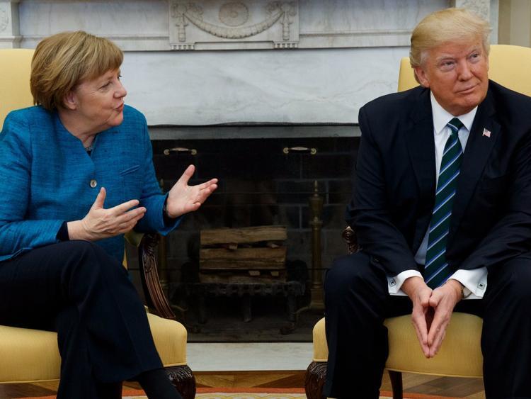 """Ông Trump """"ngó lơ"""" trước đề nghị bắt tay của bà Merkel. Ảnh: AP"""