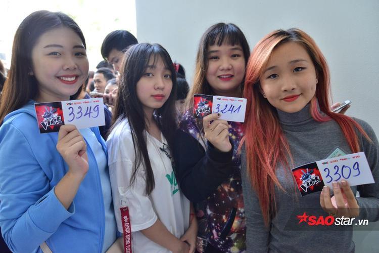 Những gương mặt trẻ đầy hào hứng chờ đợi đến lượt thi.
