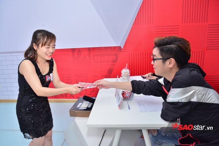 Cô gái đến từ Thái Nguyên vừa đáp chuyến bay xuống TP.HCM để dự thi đã nhận được chiếc vé may mắn từ giám khảo Bùi Anh Tuấn.