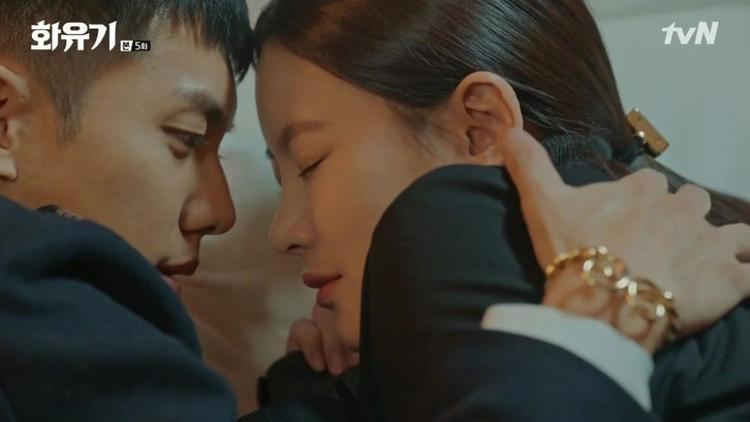 Những phân cảnh lãng mạn trong phim đều có sự xuất hiện của chiếc vòng kim cô như nhân chứng tình yêu của cặp đôi.