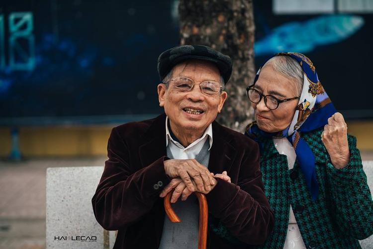 Tại buổi chụp hình, vợ chồng giáo sư Nguyễn Đình Chú cũng tâm sự với ê-kip thực hiện bộ ảnh về câu chuyện tình yêu và hôn nhân của mình.Giáo sư kể, hai vợ chồng ông đã trải qua những năm tháng khó khăn của cuộc đời.