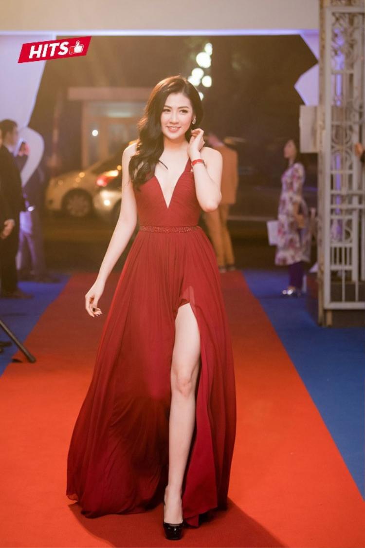 Á hậu Tú Anh lại khoe khéo làn da trắng sứ của mình trong chiếc đầm cúp ngực đỏ. Thiết kế váy xẻ ngực, xẻ đùi tuy không mới nhưng cách cắt may tinh tế, phom dáng hoàn hảo đã giúp tôn nét đẹp của Á hậu Việt Nam 2012 lên rất nhiều.