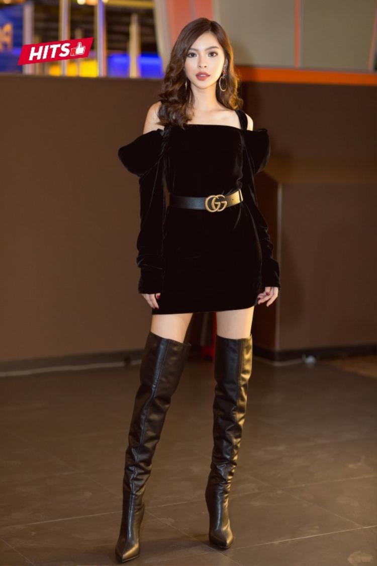 Tú Hảo lại là một màu sắc khác giữa những bóng hồng thướt tha, nữ tính. Lựa chọn 1 chiếc váy lệch vai tông đen cá tính, quán quân The Face mùa 2 đem đến hình tượng thời thượng khi phối cùng boots da trên gối cùng thắt lưng Gucci đắt giá làm điểm nhấn.