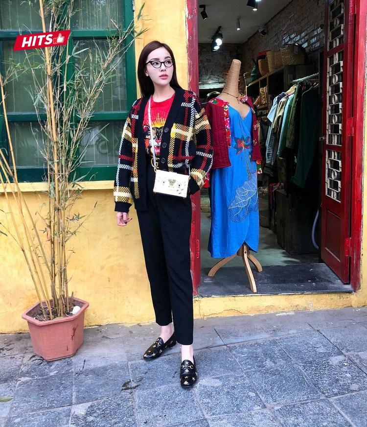 """Không chỉ diện đẹp trên thảm đỏ, street style tuần qua của Kỳ Duyên cũng vô cùng nổi bật. Lựa chọn set đồ gồm các items đắt giá như giày loafer Gucci, áo phông Kenzo, kính mắt mèo…Kỳ Duyên vô cùng """"tỏa sáng"""", hút mắt khi xuống phố."""