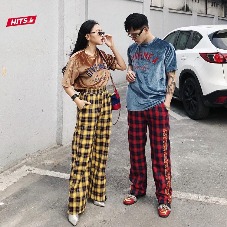Cùng lựa chọn áo phông nhung và quần ca-rô khi xuống phố, nhưng cách diện đồ đôi của cặp đôi Decao, Châu Bùi được nhiều người đánh giá là không gây nhàm chán, vô cùng nổi bật ở bất cứ đâu.