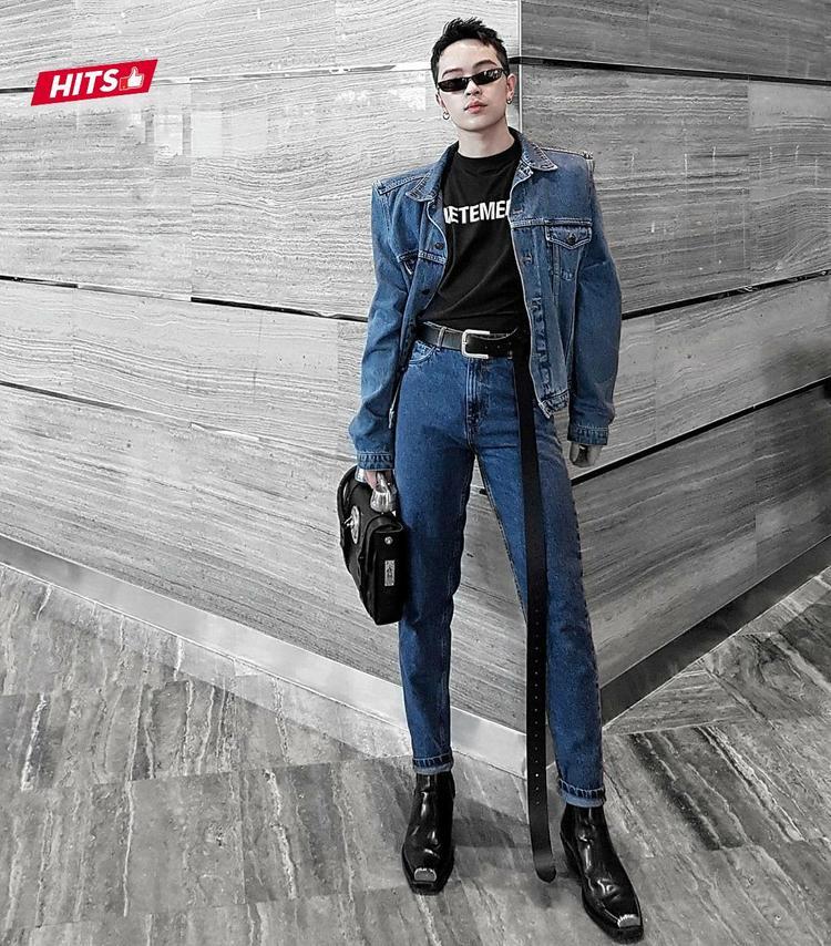 Không hổ danh là một fashionista của giới trẻ, Kelbin Lei tiếp tục chứng tỏ đẳng cấp cùng set đồ cả cây jeans độn vai, được phối cùng boots da, clutch và kính mắt mèo.