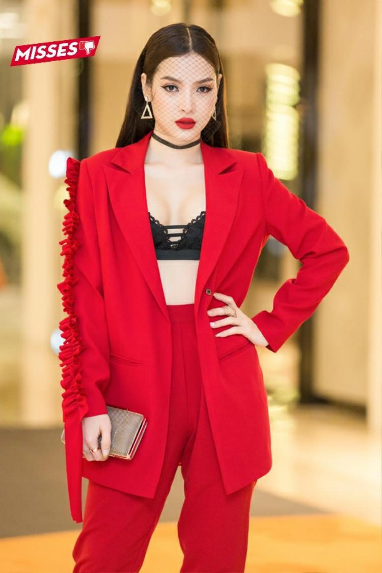 Quá tham lam chi tiết cũng như lựa chọn trang phục không phù hợp với số đo là lỗi ăn mặc của Phương Trinh Jolie trong tuần qua. Người đẹp diện bộ vest không cài nút với chi tiết bèo 1 bên vai khá ấn tượng cùng áo ngực đen. Cách kết hợp phụ kiện mạng che mặt rối rắm, không phù hợp với tổng thể.