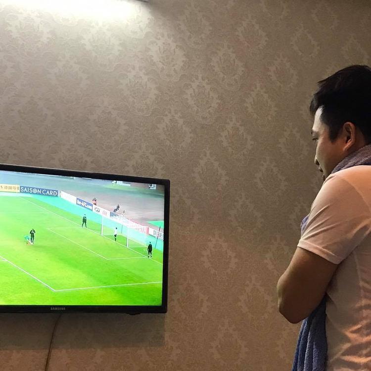 Ông bố của năm xem bóng đá mà không quên con đang ngủ.