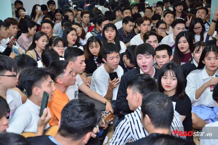 Dù lượng thí sinh đến đăng ký tuyển sinh trong ngày thứ 2 nhưng vẫn chật kín khu vực phòng chờ.