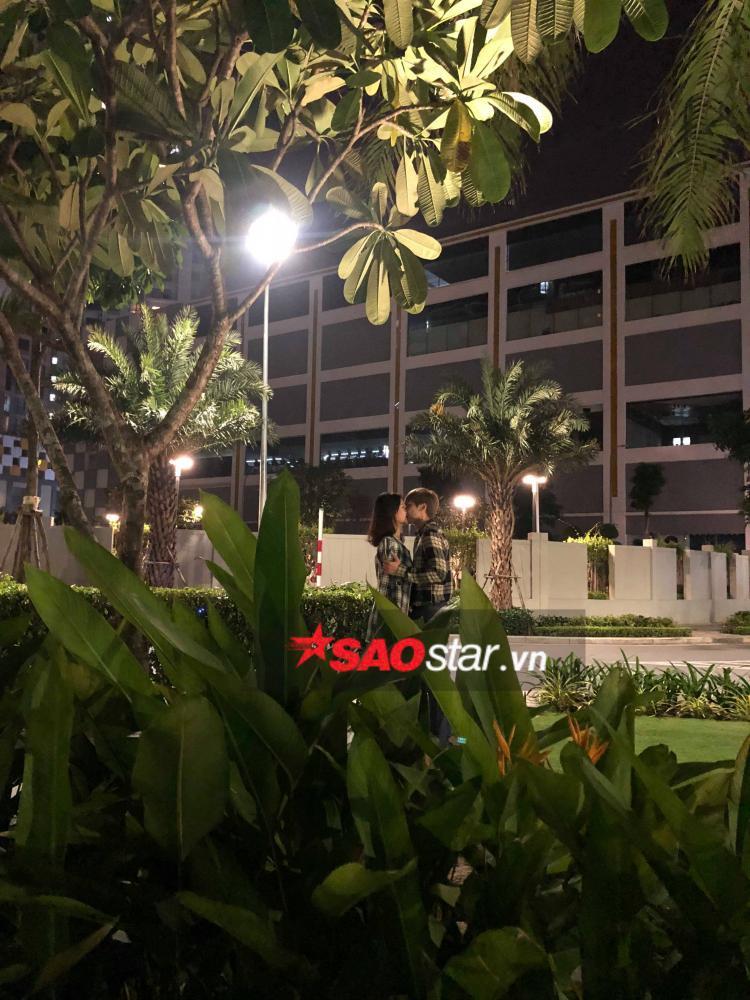 Trương Mỹ Nhân diện áo đôi, tình tứ hôn bạn trai giữa đêm bị khán giả bắt gặp.