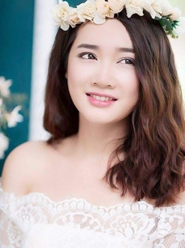 Khi xu hướng tóc ngắn lên ngôi, Nhã Phương nhanh chóng up date với kiểu tóc ngang vai và uốn xoăn lọn nhỏ.
