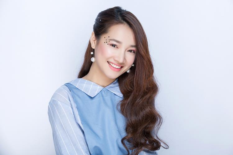 Gương mặt của nữ diễn viên đến từ Đắk Lắk cực kỳ thích hợp với kiểu kẹp tóc một bên.