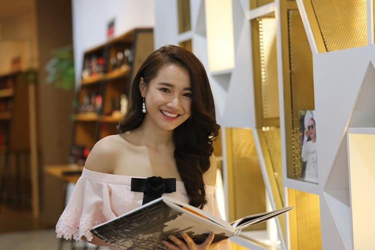 Mái tóc xoăn lọn to giúp Nhã Phương theo đuổi hình ảnh quyến rũ thành công.
