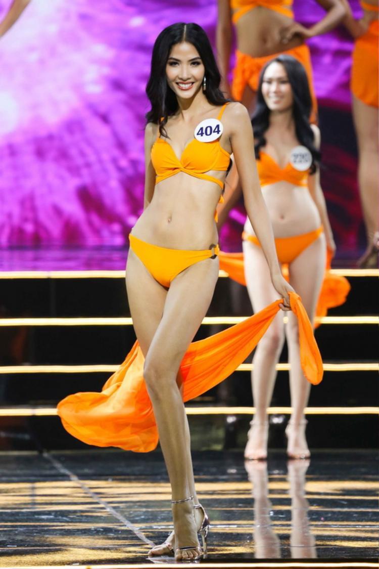 """Và thật sự bất ngờ, trong kiểu dáng bikini tương tự Hoàng Thùy đã chinh phục được ban giám khảo trên sân khấu HHHV. Đây là những thiết kế dành cho thí sinh trong đêm bán kết vào hồi tháng 11/2017. Có lẽ Tường Linh muốn """"lấy hên"""" từ người thầy của mình chăng?"""