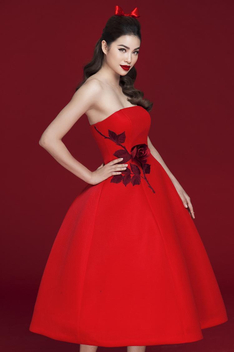 Hoa hậu Hoàn vũ Việt Nam 2015 thể hiện nét quyến rũ, thanh lịch trong dáng váy xoè, cúp ngực cổ điển kết hợp hoạ tiết hoa hồng, từng tạo nên một làn sóng trong làng mốt Việt vào năm 2015, thông qua BST La Vie En Rose, được giới thiệu tại Mỹ.