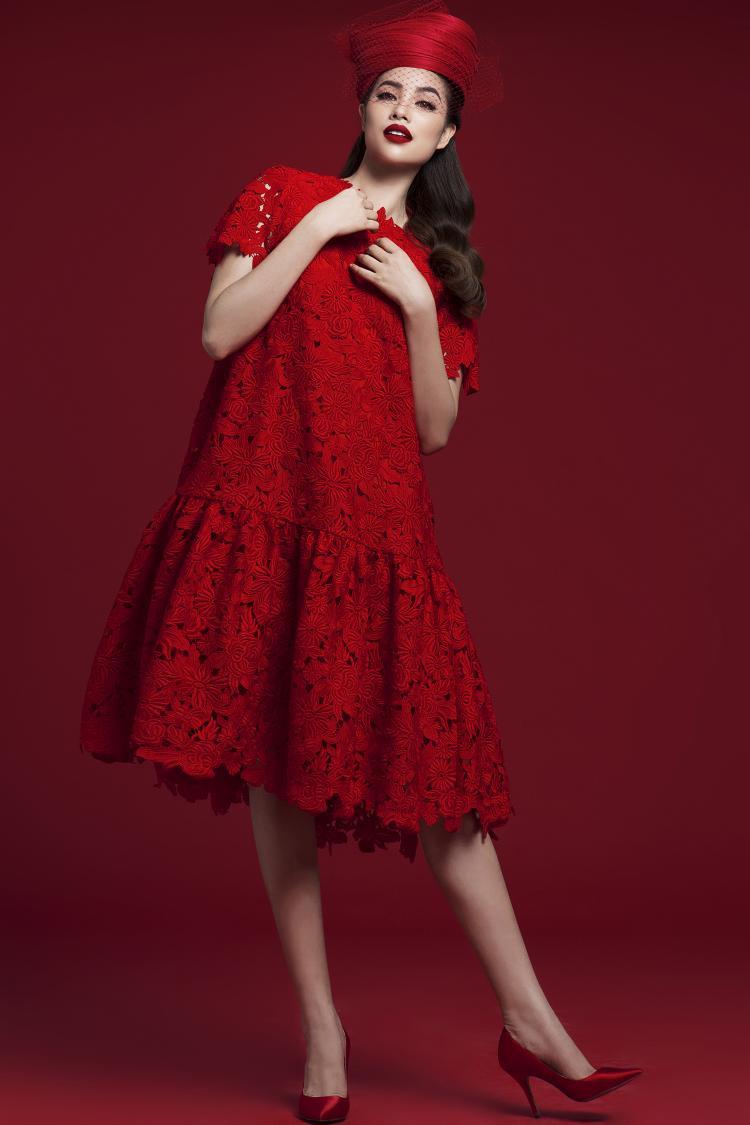 Váy ren phom rộng kinh điển được Phạm Hương làm mới bằng cách kết hợp cùng phụ kiện tóc cổ điển.