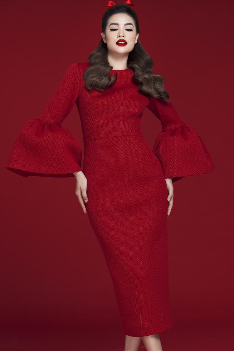 Thiết kế body-con váy ống, tay chuông đã trở thành trang phục đặc trưng của Đỗ Mạnh Cường. Đây cũng là một trong những thiết kế bán chạy nhất của anh trong chặng đường 10 năm.